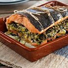 السلمون مع حشوة الكرات والأرزّ البرّي