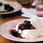 حلوى الـ Pavlovas مع الفاكهة الحمراء