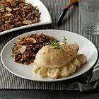 زالدجاج المشوي مع صلصة الفطر والأرز البرّي باللّو