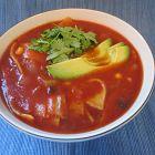 حساء البندورة والتورتيللا: