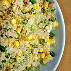 كينوا مع الذرة والبصل الأخضر